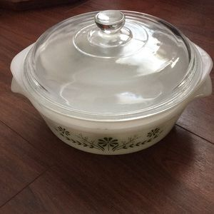 Set of 2 vintage milkglass casserole dishes 1 lid